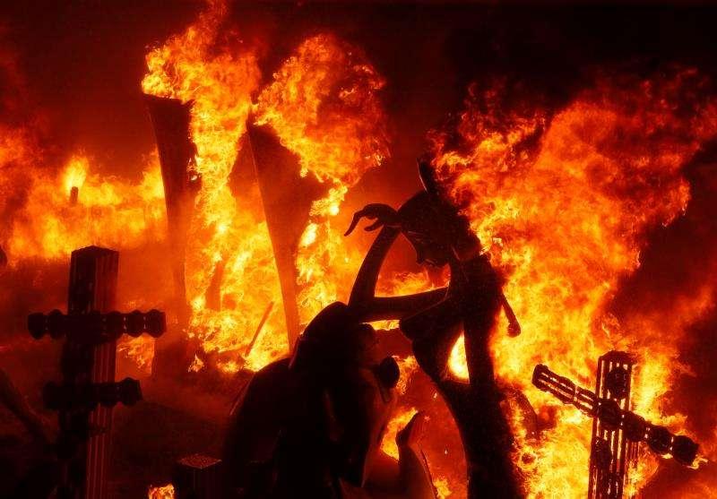 Las llamas consumen la Hoguera Oficial de Alicante, durante la