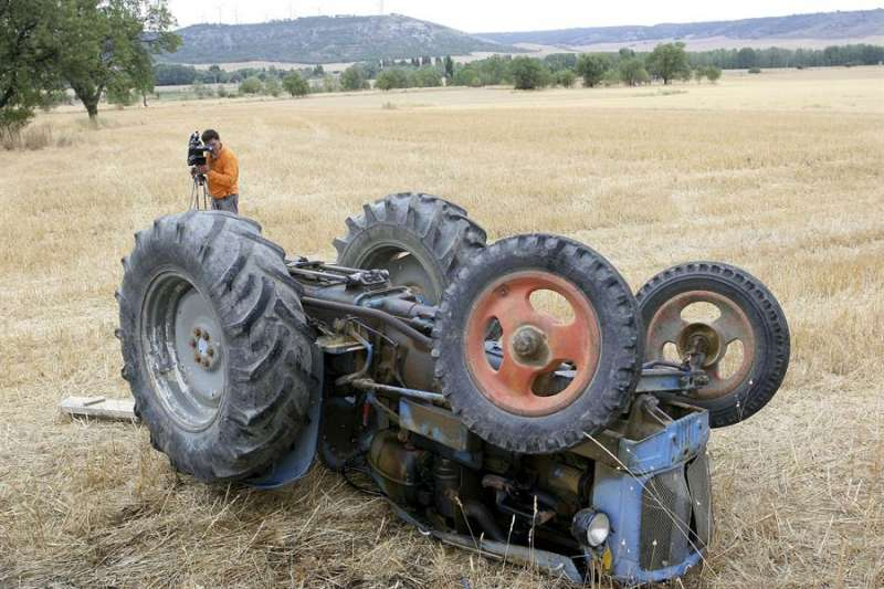 Imagen de archivo de un tractor volcado tras un accidente. EFE/Archivo