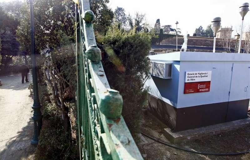 Vista de la estación de vigilancia y control de la calidad del aire situada en los jardines de Viveros de València. EFE/Kai Försterling/Archivo