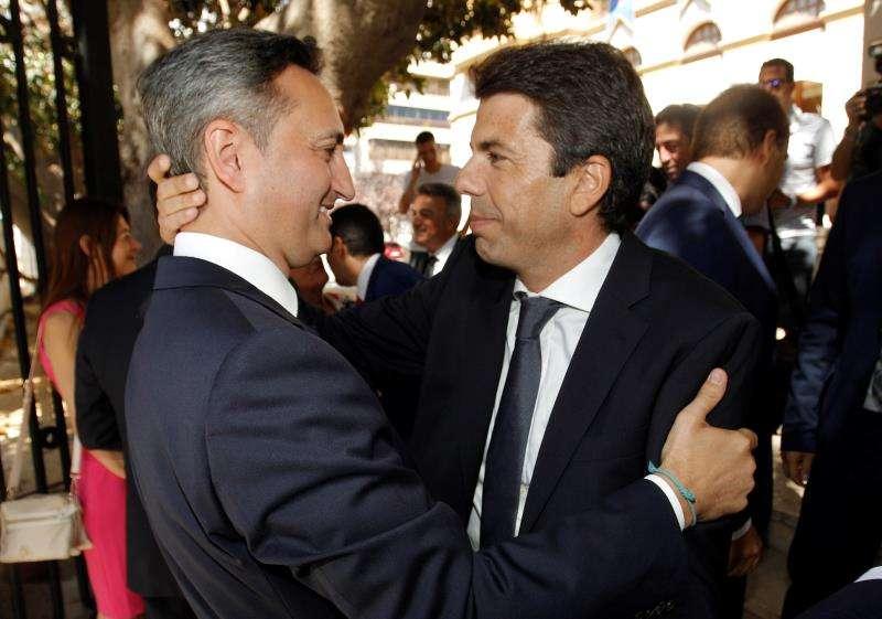 El nuevo presidente de la Diputación de Alicante, Carlos Mazón (d) saluda a su antecesor, Cesar Sánchez. EFE