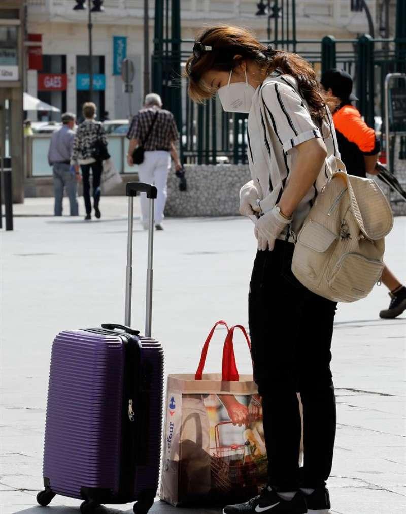 Una viajera con una maleta en València, el pasado 26 de mayo. EFE/ Juan Carlos Cárdenas