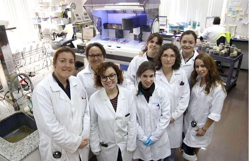 Mujeres en su puesto del laboratorio de Egevasa
