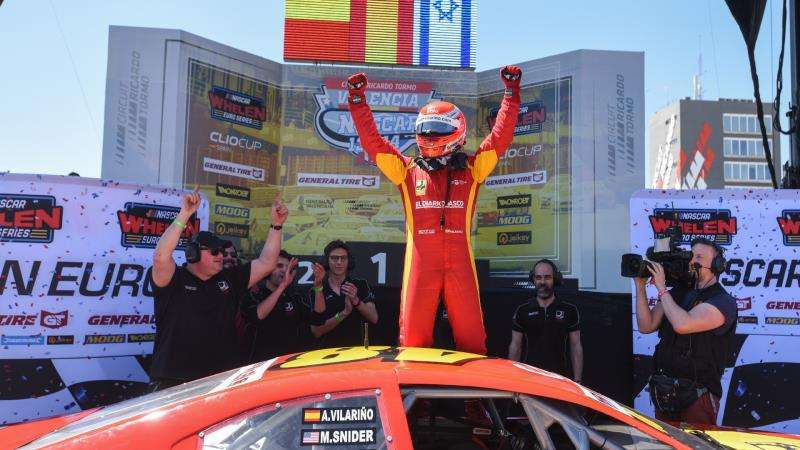 El piloto Ander Vilariño celebra su victoria en la primera carrera de la Valencia NASCAR Fest, en una imagen cedida por el Circuito RIcardo Tormo. EFE