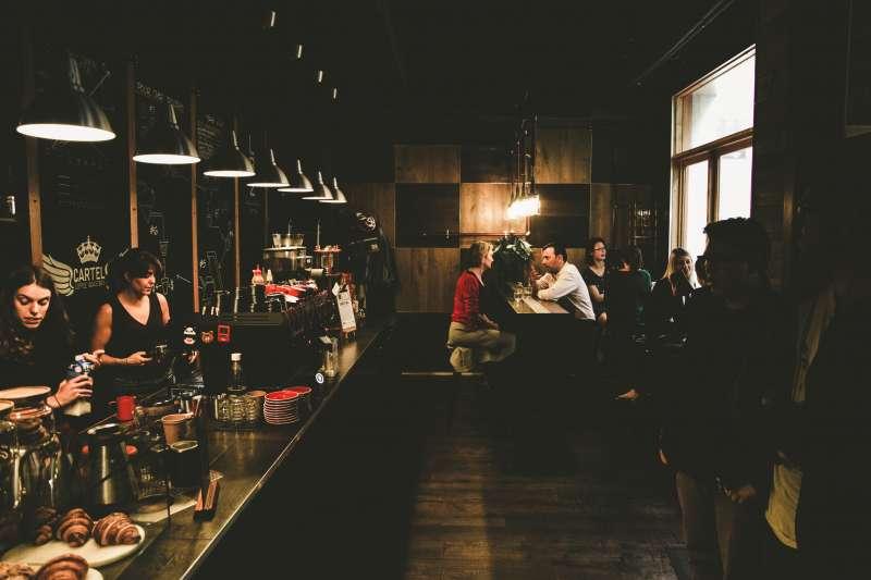 Gente en un bar / EPDA