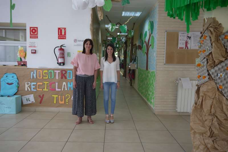 La alcaldesa de Oropesa, María Jiménez, y la concejala de Educación, Silvia Arnau durante la presentación de las medidas en la escuela municipal. EPDA