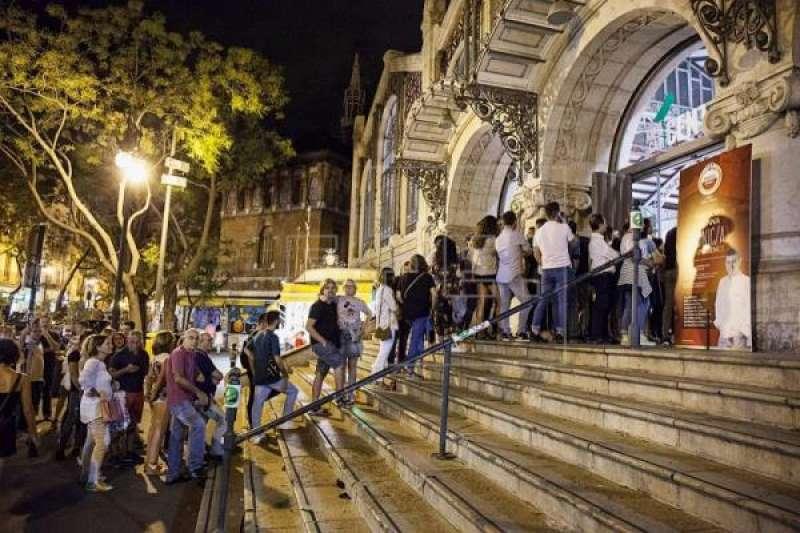 Colas de público para entrar en el Mercado Central para el Bonic/a Fest. FOTO EFE