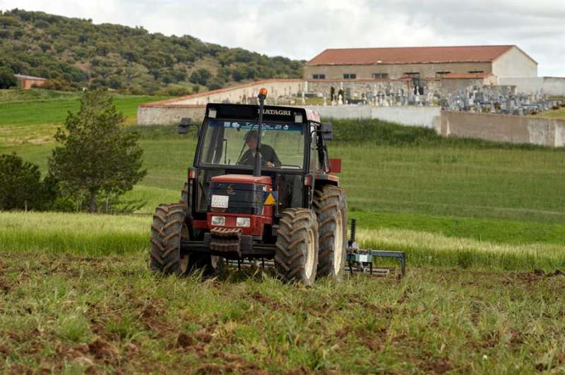 Un hombre ara la tierra con su tractor. EFE/Raúl Sanchidrián/Archivo