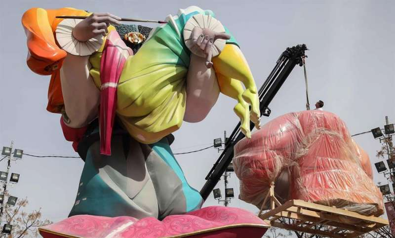 Un operario trabaja en el montaje de la falla Na Jordana unos días antes de que la pandemia obligara a suspender las fiestas. EFE