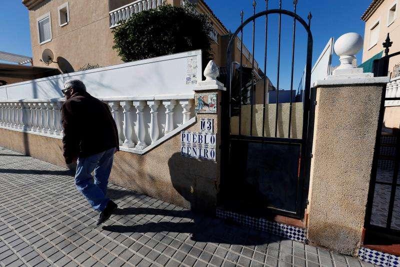 Una persona pasa camina por una urbanización de Torrevieja. EFE/Archivo