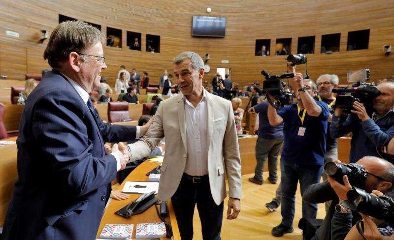 En la imagen, el president en funciones de la Generalitat, Ximo Puig, saluda al diputado de Ciudadanos Toni Cantó. EFE