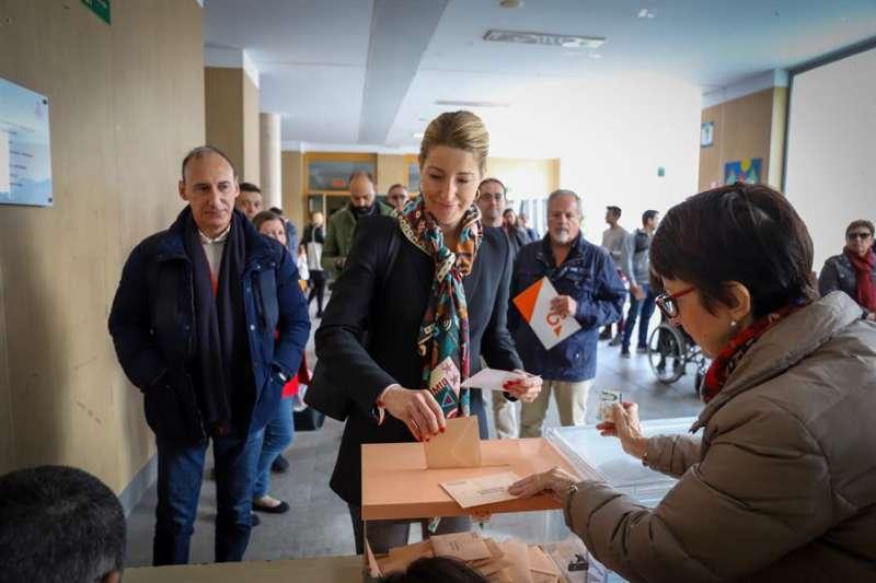 La cabeza de lista de Ciudadanos al Congreso por Valencia, María Muñoz, en el colegio público Alejandra Soler de València. EFE/Ciudadanos