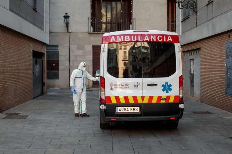 Un sanitario, protegido con un traje de protección especial para evitar contagios de coronavirus, tras recoger a un paciente en ambulancia. EFE