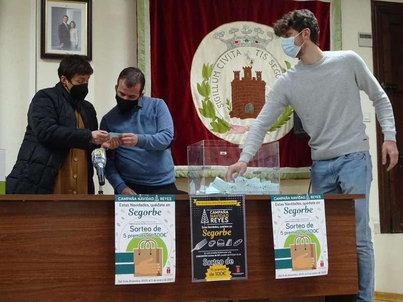 La alcaldesa y el concejal de Comercio en el sorteo