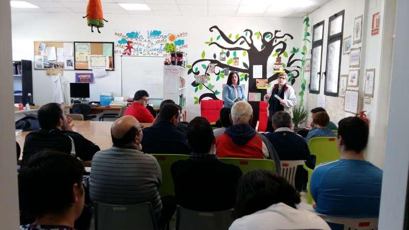 La escritora ilicitana Maribel Romero Soler con los usuarios del centro. EPDA