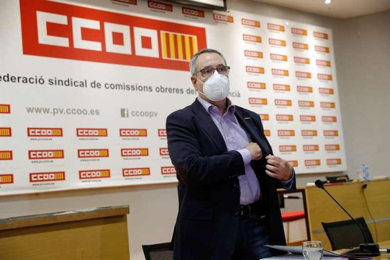 Arturo León, al inicio de la rueda de prensa tras presentar formalmente su renuncia como secretario general de CCOO PV. EFE