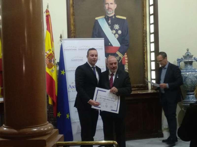 Pedro Albares recogiendo el premio. / EPDA