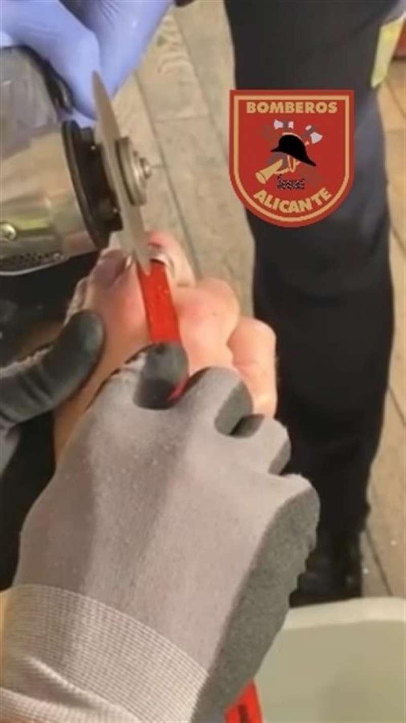 Momento de la operación, en una imagen compartida por los Bomberos de Alicante.