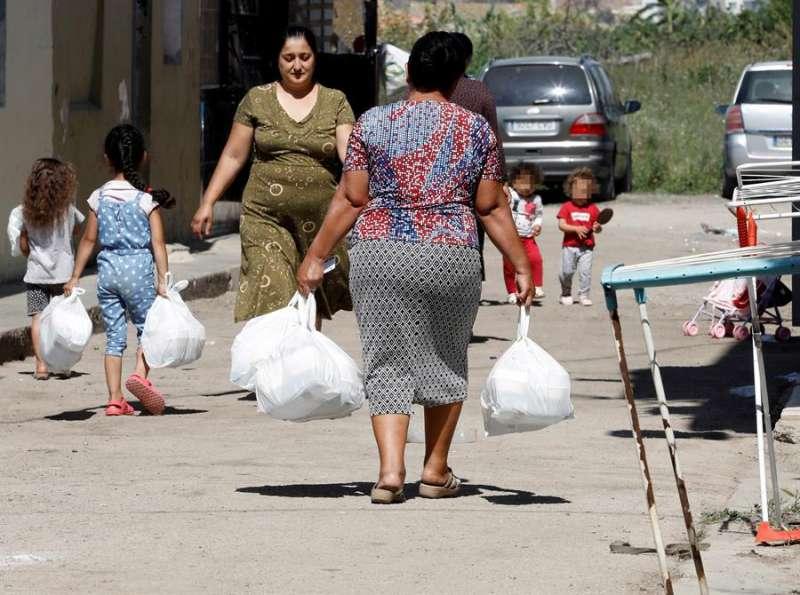 Varias mujeres recogen bolsas con alimentos durante el confinamiento por la covid-19.EFE/Juan Carlos Cárdenas/Archivo