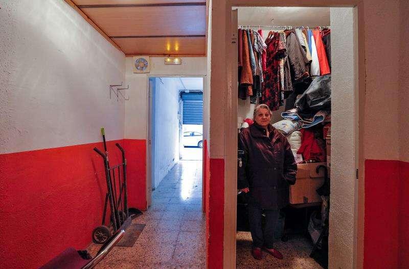 Rosario Planas vivió un tiempo en el interior de un trastero, con su hijo de 33, que sufre una discapacidad mental, al no poder pagar el alquiler de un piso. EFE/Archivo
