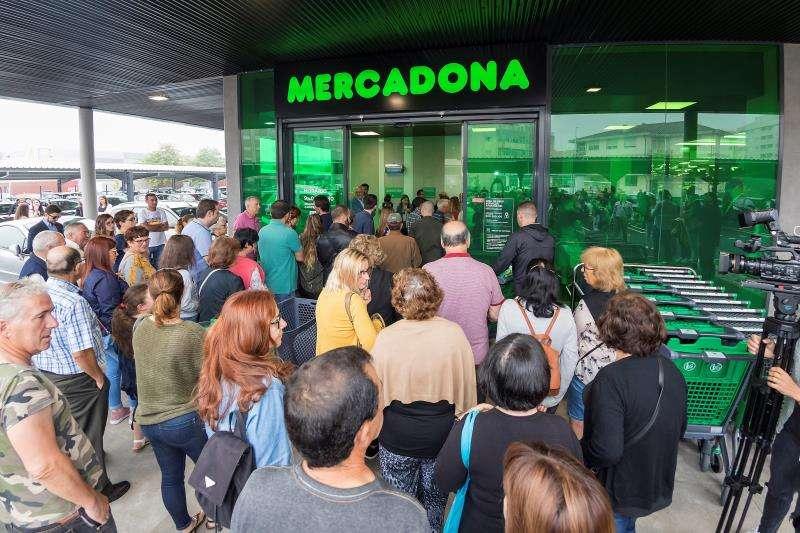 Clientes lusos esperando para entrar en el primer supermercado de Mercadona en Portugal. EFE/Archivo