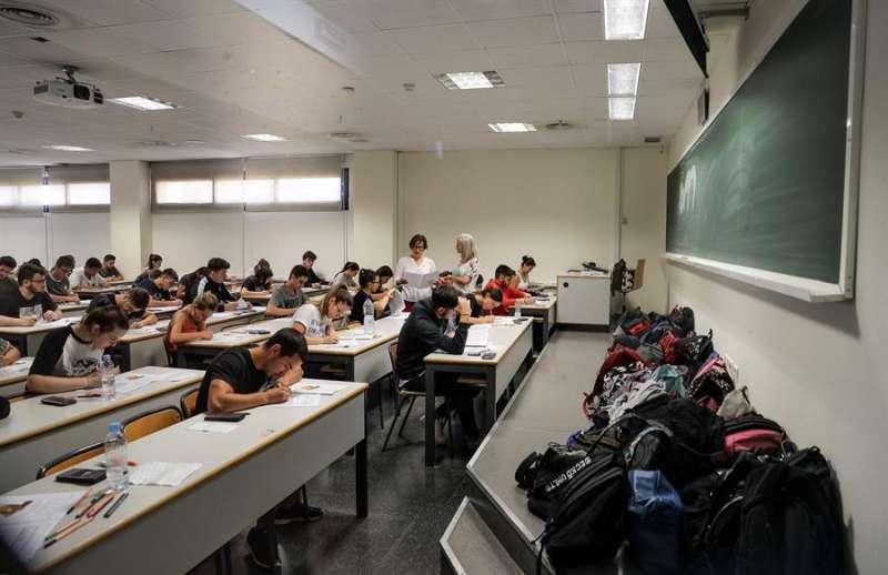 Un examen de la Prueba de Acceso a la Universidad (PAU) del año pasado en la Comunitat Valenciana. EFE