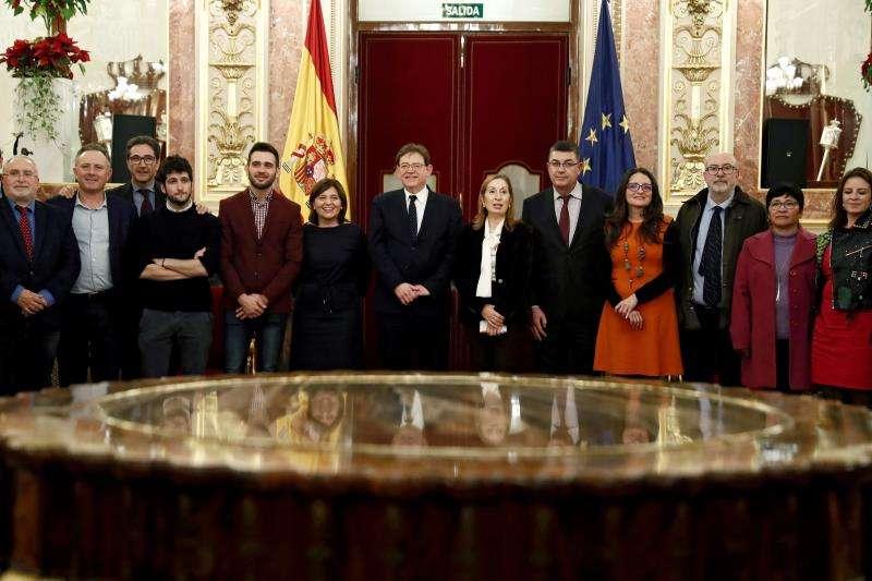 El president de la Generalitat, Ximo Puig, y la presidenta del Confreso Ana Pastor, acompañados de una representación de la Generalitat Valenciana en el pleno del Congreso que se celebra hoy en la Cámara Baja. EFE