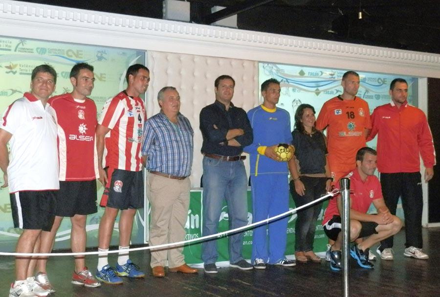 Bataller y Muniesa con los nuevos fichajes del Alser Balonmano Puerto Sagunto. FOTO EPDA