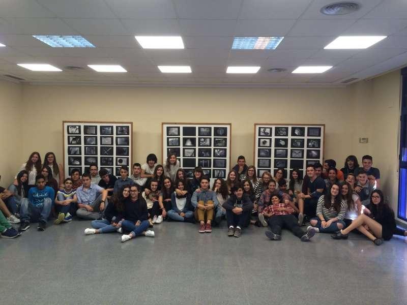 Los alumnos de La Baronia Sant Antoni Abad de Gilet en la inauguración de la muestra. EPDA