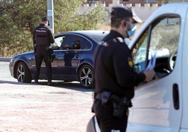 Agentes de la Policía Local realizan un control en el acceso a la ciudad de Alicante. EFE/ Pep Morell/Archivo