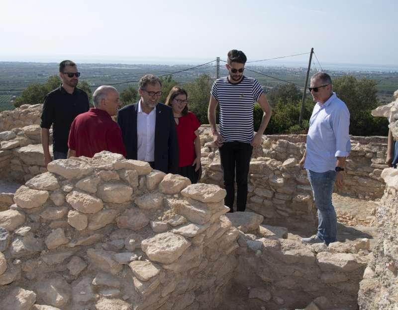 El presidente de la Diputación de Castellón, José Martí, en su visita al yacimiento ibérico del Puig de la Misericordia. EPDA