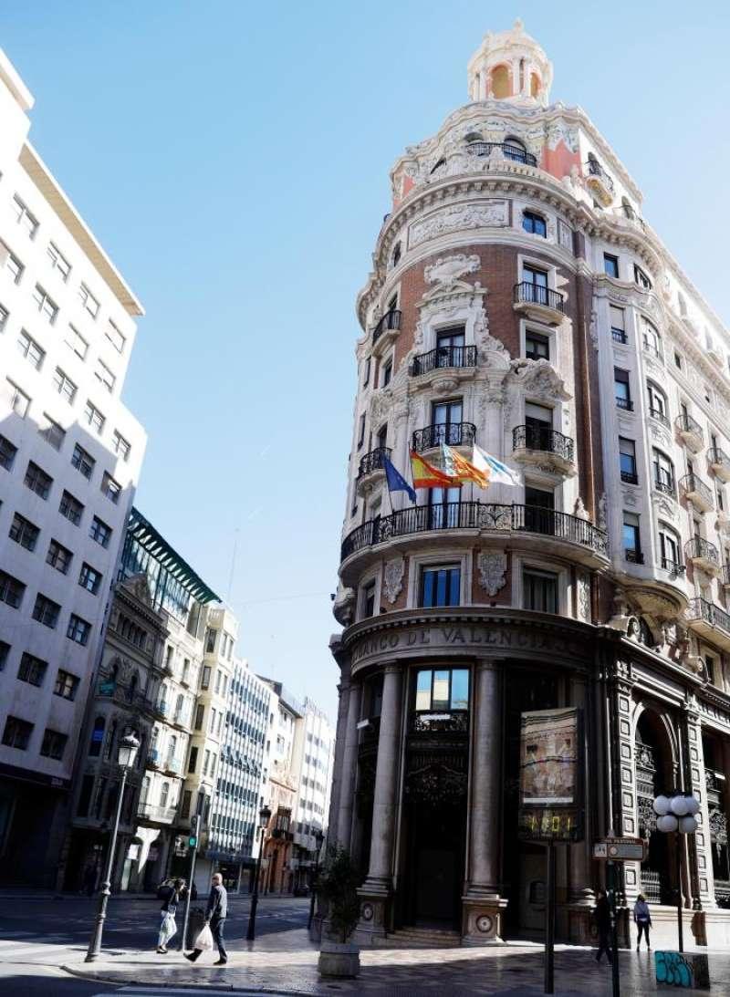 Detalle de la fachada del antiguo Banco de Valencia. EFE/Archivo
