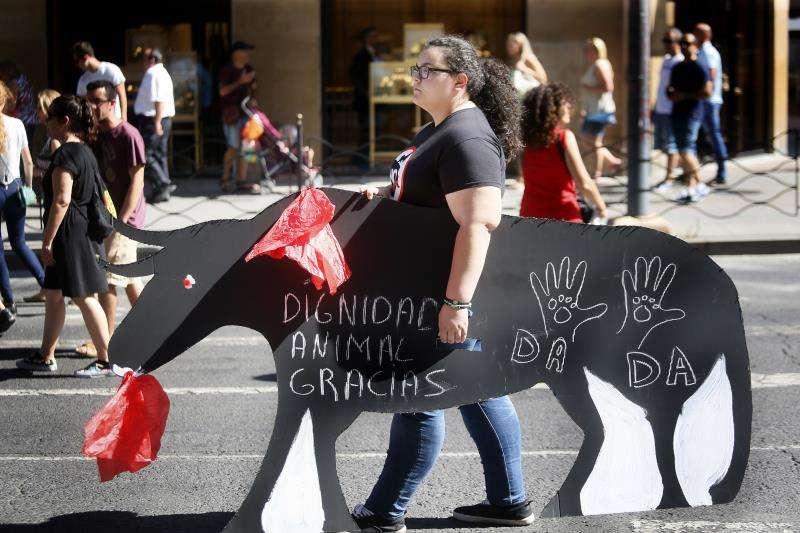 Una manifestante participa en una protesta antitaurina en Alicante. EFE/Archivo