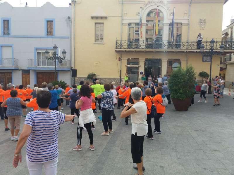 Mayores en una actividad, frente al Ayuntamiento. / EPDA