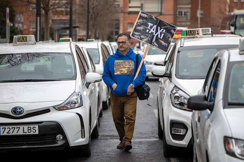 Asociaciones de taxistas protagonizan una concentración ante la Conselleria de Movilidad. EFE