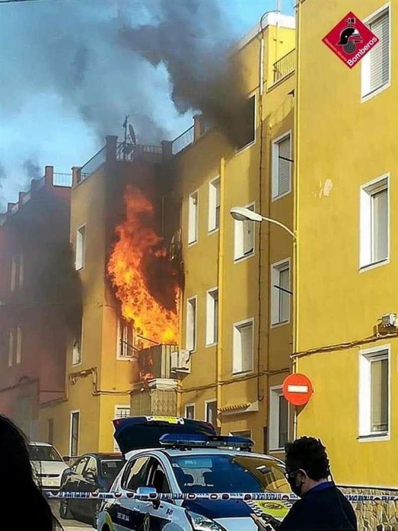 Imagen del incendio cedida por el consorcio provincial de bomberos de Alicante. EFE