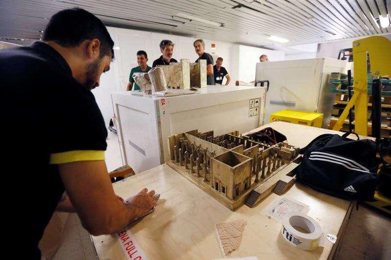 Operarios del Museo Arqueológico (MARQ) de Alicante embalan las distintas piezas arqueológicas y sus reproducciones en miniatura para enviarlas a Teherán (Irán). EFE/Manuel Lorenzo