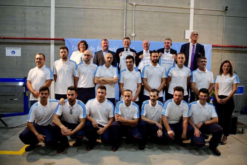 Foto de familia de la inauguración del centro de formación en Sagunt. EPDA
