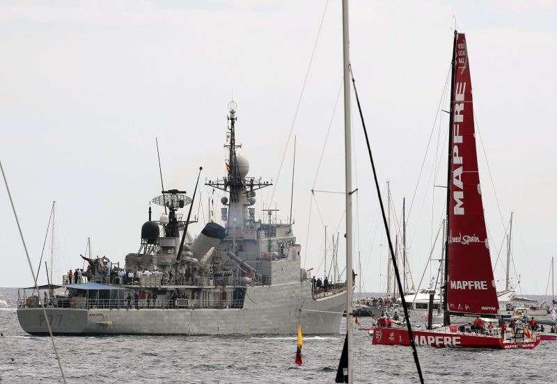 Barcos de competición y buques de la Armada durante la regata de salida de la Volvo Ocean Race 2014-15 en el Puerto de Alicante. EFE/Archivo