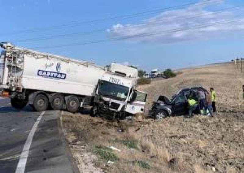 Una imagen de archivo de un accidente entre un camión y un turismo. EFE