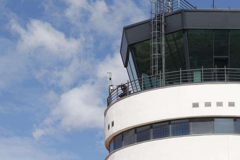 En la imagen, la torre de control del aeropuerto. EFE/Archivo