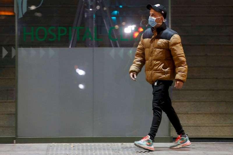 Un hombre porta una mascarilla sanitaria a su paso por la entrada principal de un hospital español en una imagen de archivo. EFE