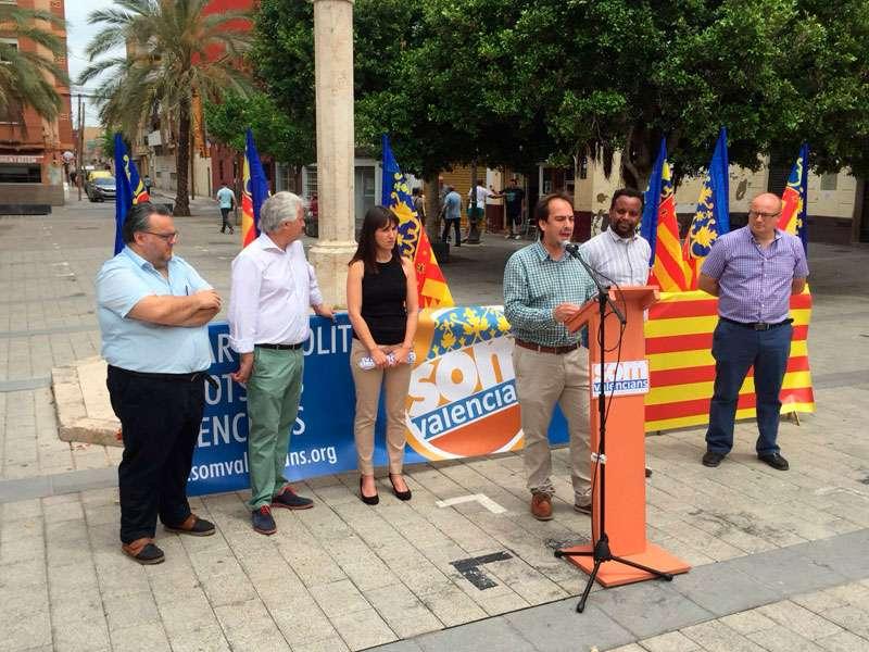 Jaume Hurtado, con los candidatos a primera detrás: Vilaseca, Gallur, Rodríguez y Vico. FOTO SOM