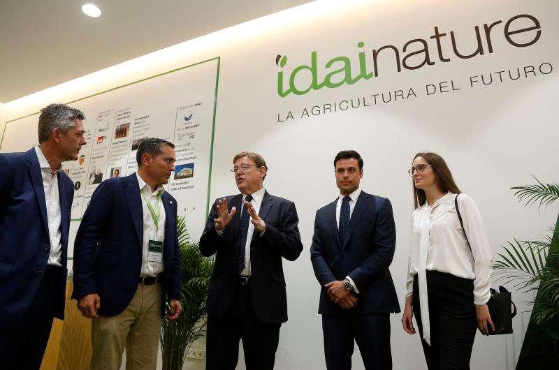 Ximo Puig (c) junto al director genera de Idai Nature, Carlos Ledó, entre otros. EFE