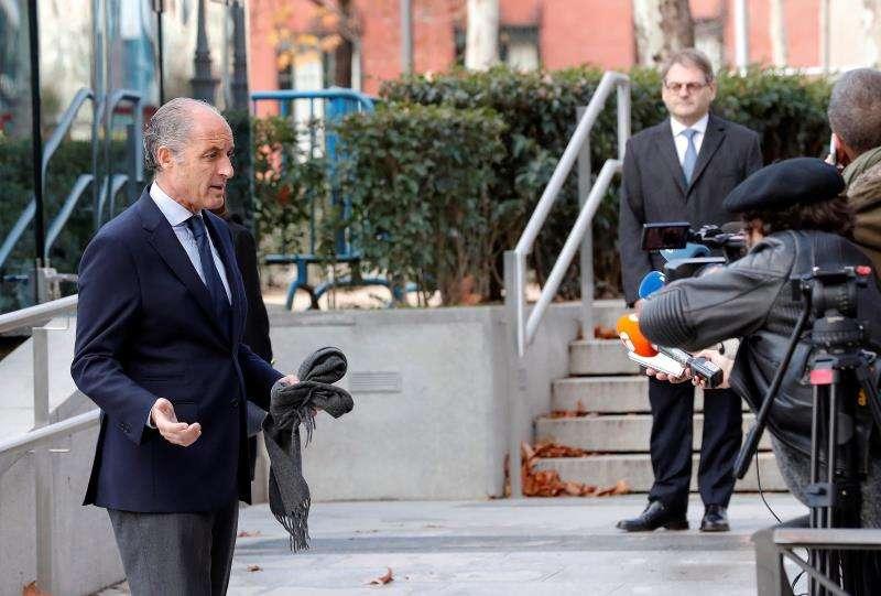 El expresident de la Generalitat Francisco Camps (i) en la puerta de la Audiencia Nacional. EFE/Archivo