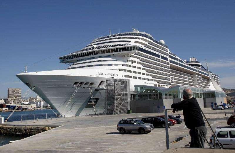 Crucero atracado en el puerto de Alicante.