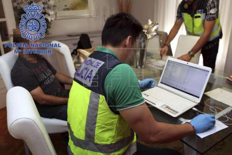 La Policía Nacional investigando la ciberdelincuencia. / EPDA