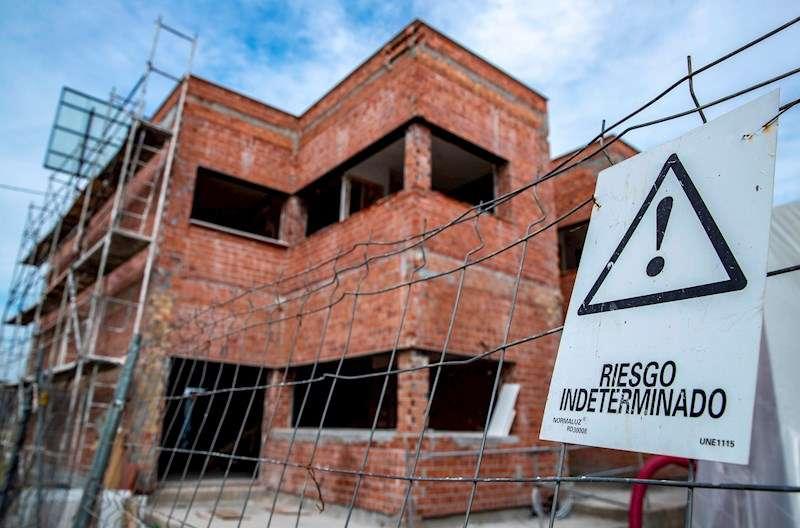 Obras de construcción de viviendas sin operarios, por el parón debido a la pandemia de coronavirus, en una imagen de estos días. EFE