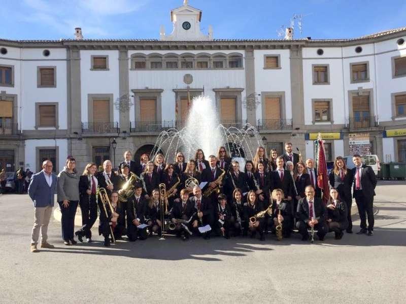 Banda de la Unión Musical con autoridades municipales