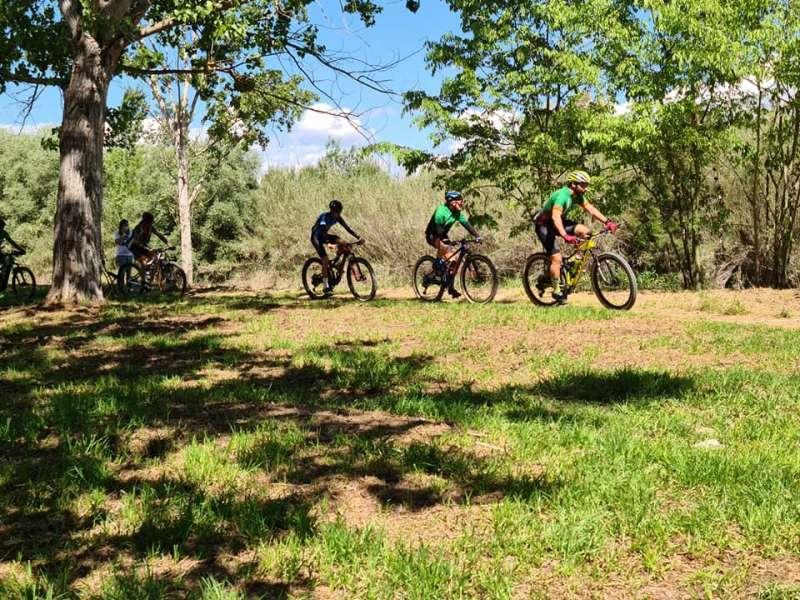 Ciclistas por Riba-roja. EPDA.