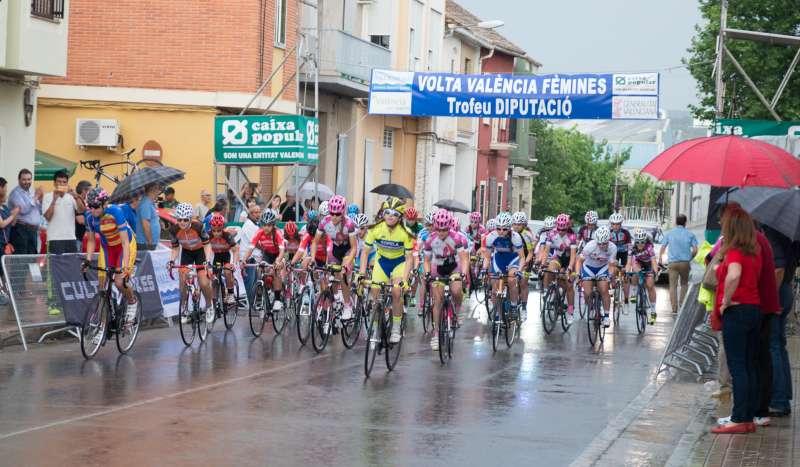 Pilot de corredors en la I Volta ciclista València Fèmines